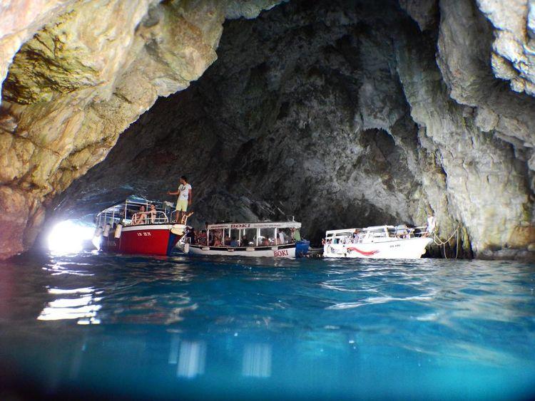 Морская пещера в Черногории. Фото: Radiokotor.info