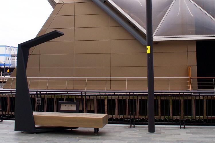 Пример скамейки с солнечной панелью с сайта производителя