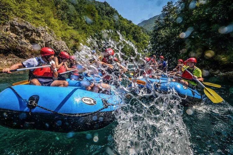 Рафтинг по реке Таре привлекает до тысячи человек в день
